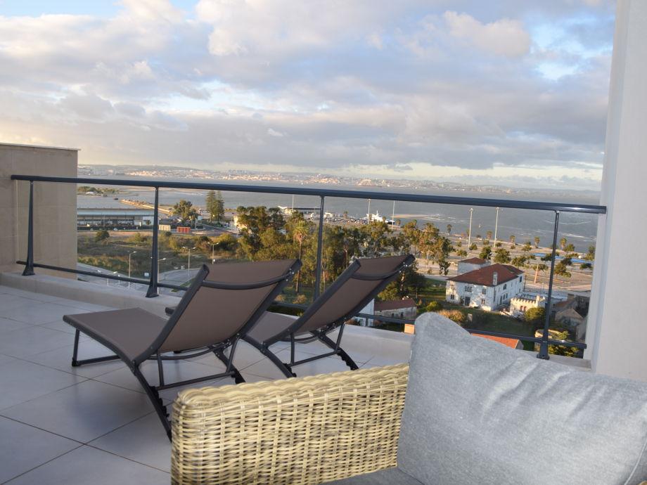 Blick vom Balkon und Dachterrasse auf Lissabon