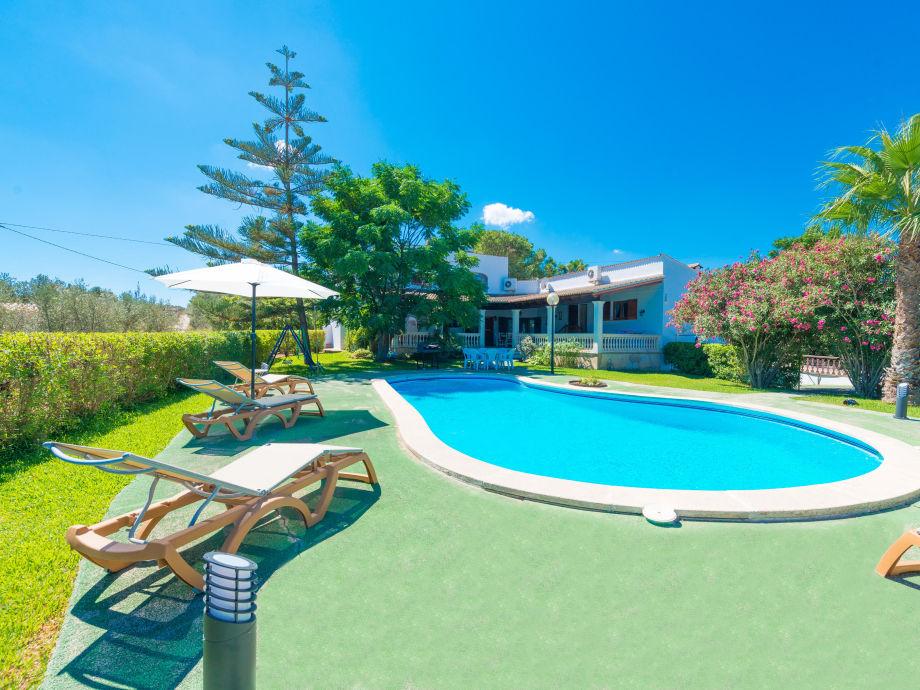 Poolbereich mit Sonnenliegen, ideal zum Entspannen