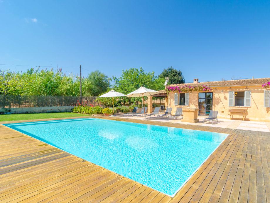 Der Pool von der Villa