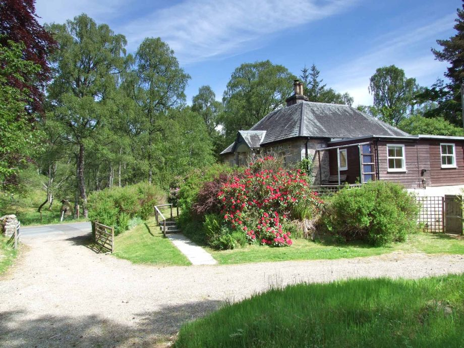 Tuim Cottage sleeps 4 and is situated near the river