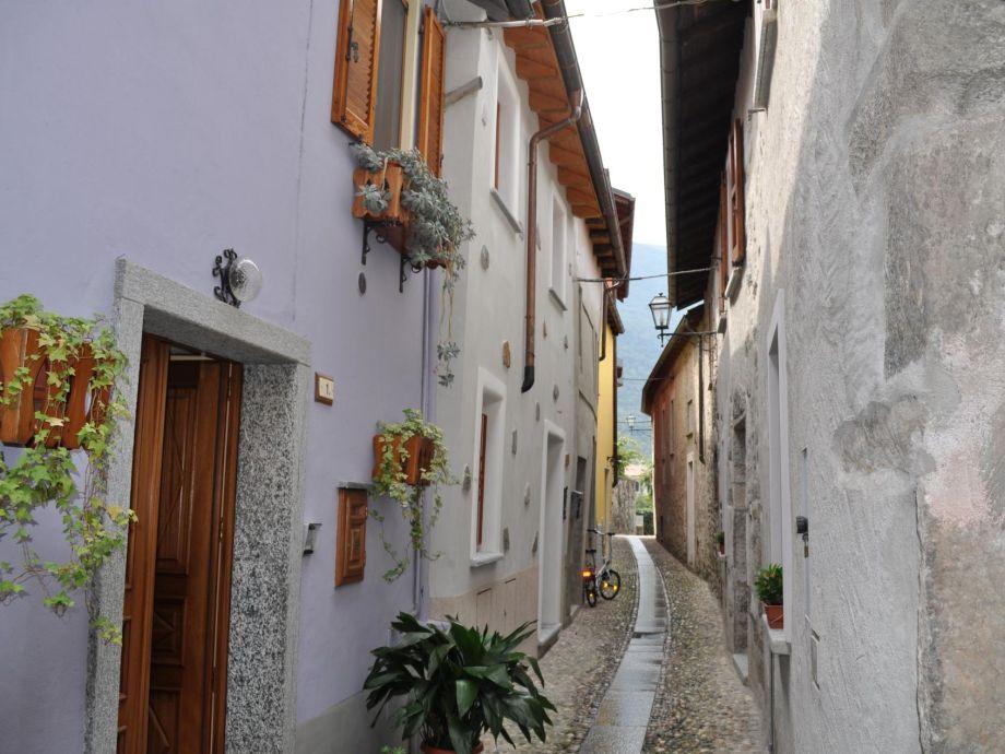 Hausfassade(beige), links in der Mitte