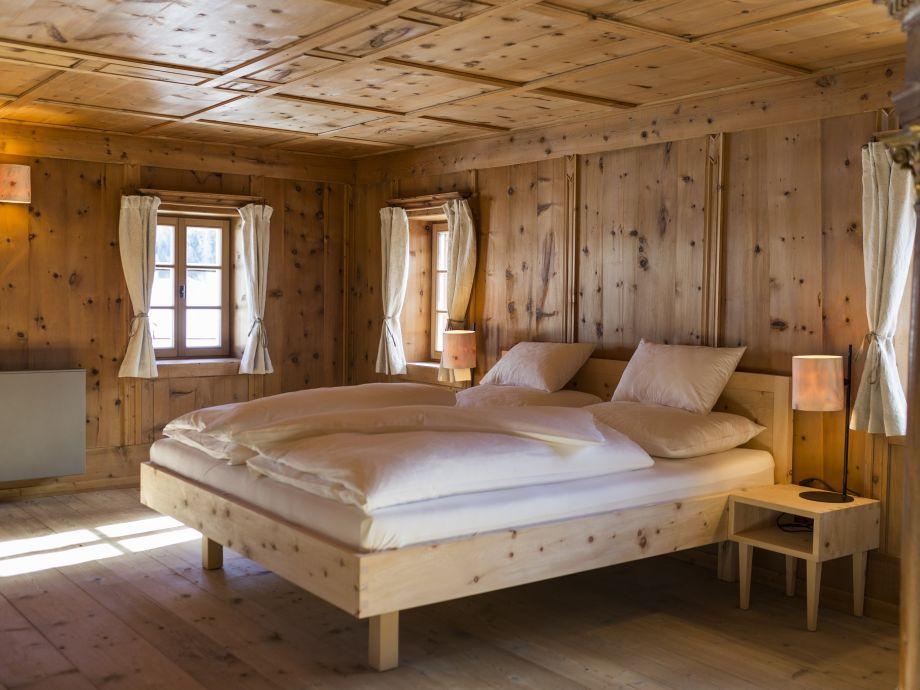 Zimmer mit Massivholzmöbeln aus Zirbenholz