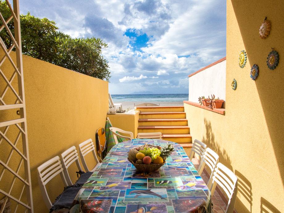 Terrasse der Ferienwohnung direkt am Strand