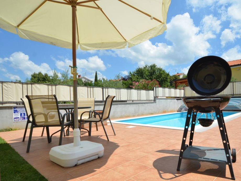 privater Poolbereich mit Grill