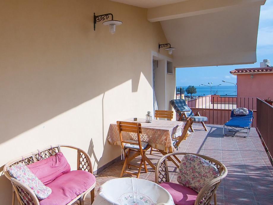 Balkon mit Meerblick und Gartenmöbeln