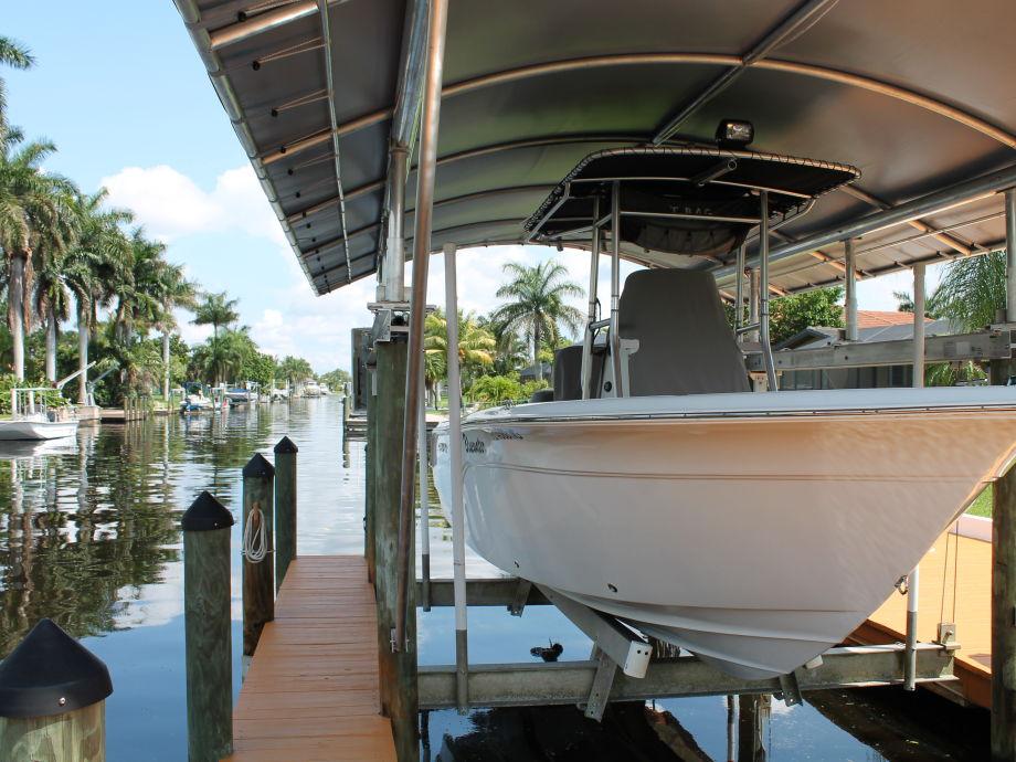 Unser Boot die Sea Fox mit 175 PS Außenborder im Dock