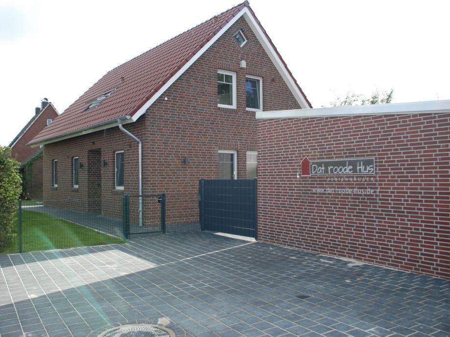 Hauseingang und Hof mit zwei Parkplätzen