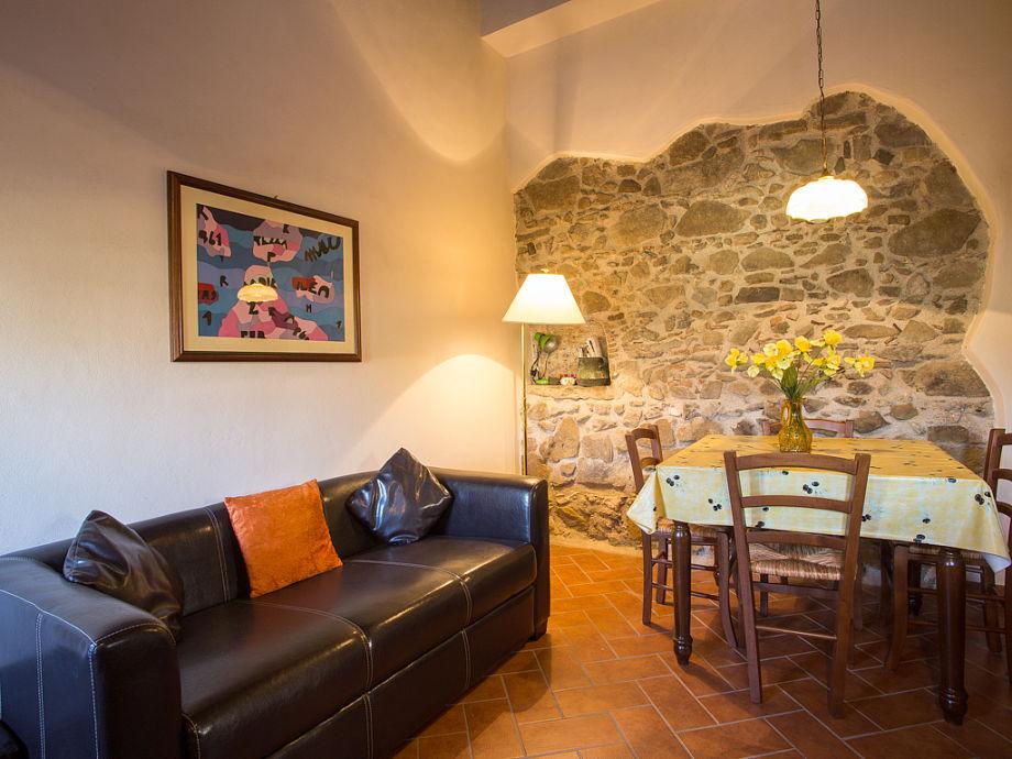 Bequemes Sofa und Esstisch im Wohnbereich