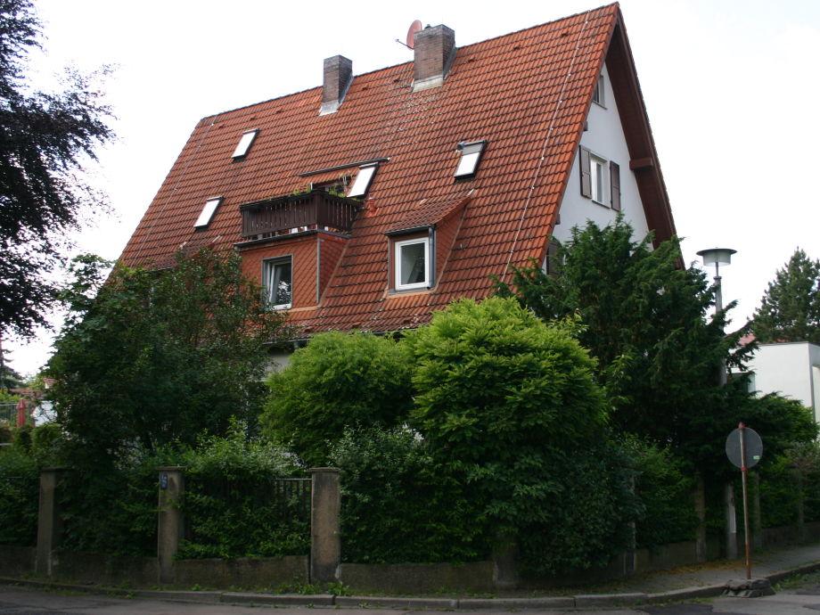 Hausansicht - Maisonette-Wohnung liegt unter dem Dach