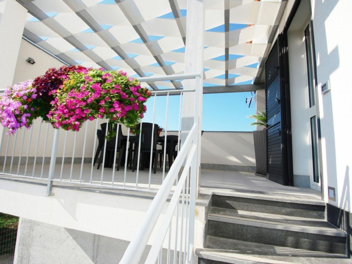 ferienwohnung 1 am strand lascari firma lascari immobiliare s a s herr rosario polizzotto. Black Bedroom Furniture Sets. Home Design Ideas