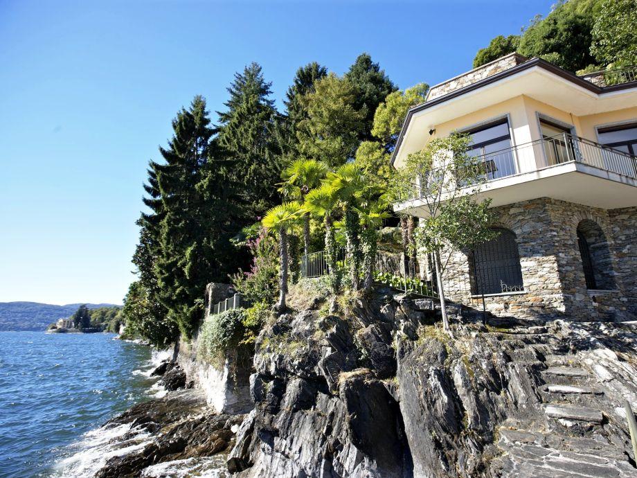 Die Villa liegt direkt am See