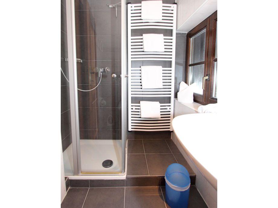 gaste wc mit dusche gestalten raum und m beldesign inspiration. Black Bedroom Furniture Sets. Home Design Ideas