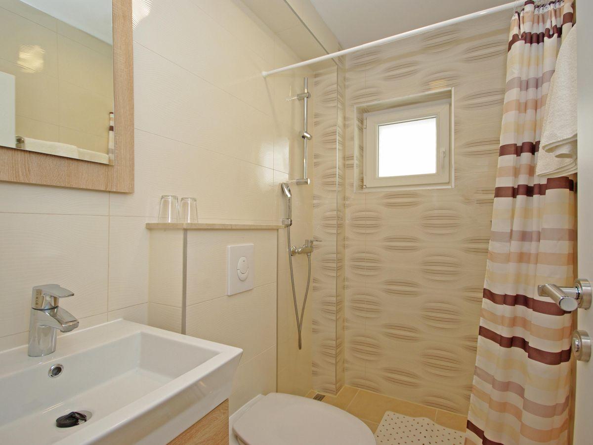 Das Badezimmer mit Badewanne Das separate Badezimmer mit Dusche