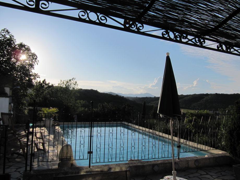 Blick über Den Pool Auf Die Cevennen