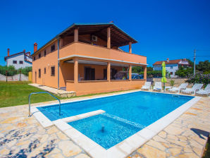Holiday apartment Emanuela with pool