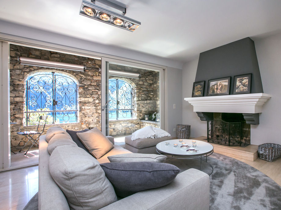 Sitting area with open fire place