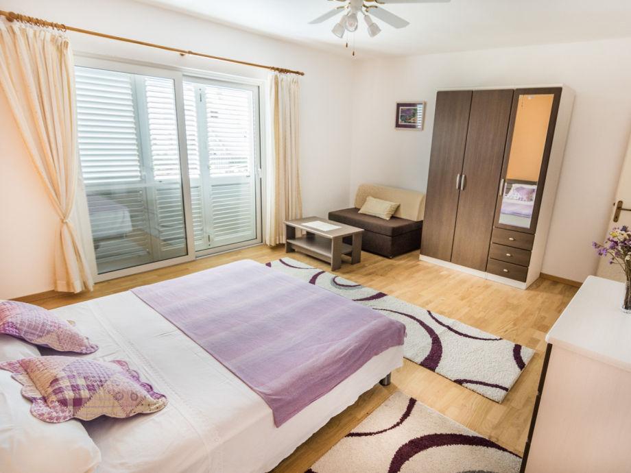 Komfortable Schlafzimmer mit Doppelbetten