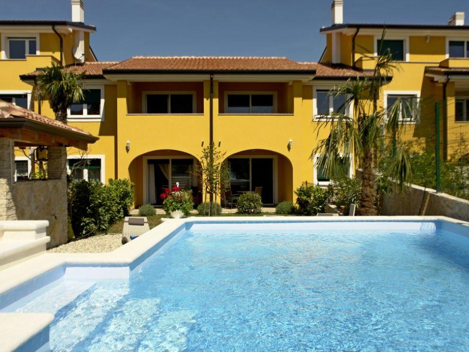 Ferienwohnung Lavanda mit einem gemeinsamen Pool.