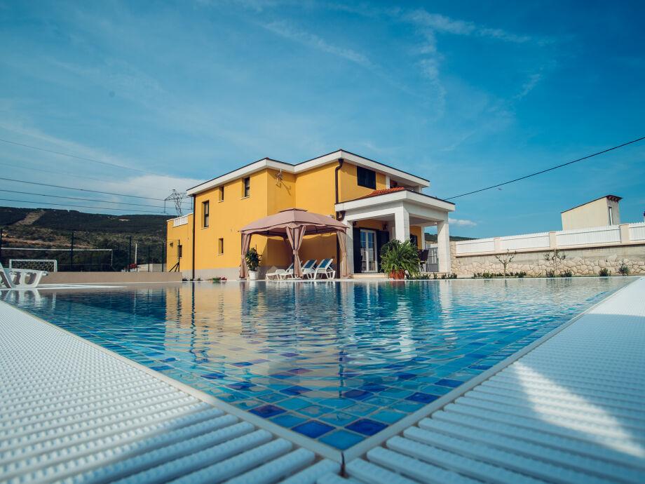 Luxury overflow 65 m² pool
