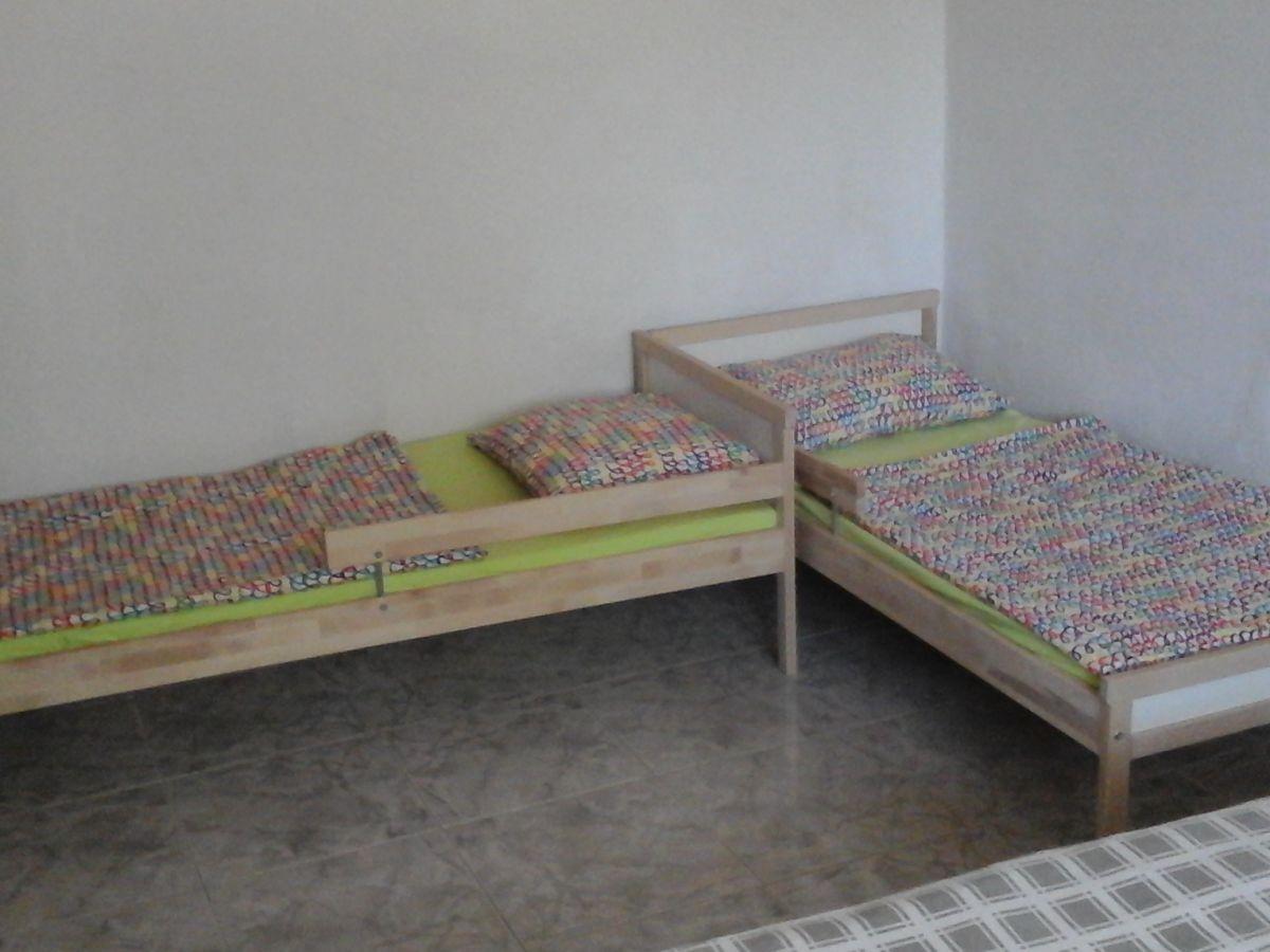 dieses lustige kinderzimmer hat viel speicher und zwei. Black Bedroom Furniture Sets. Home Design Ideas