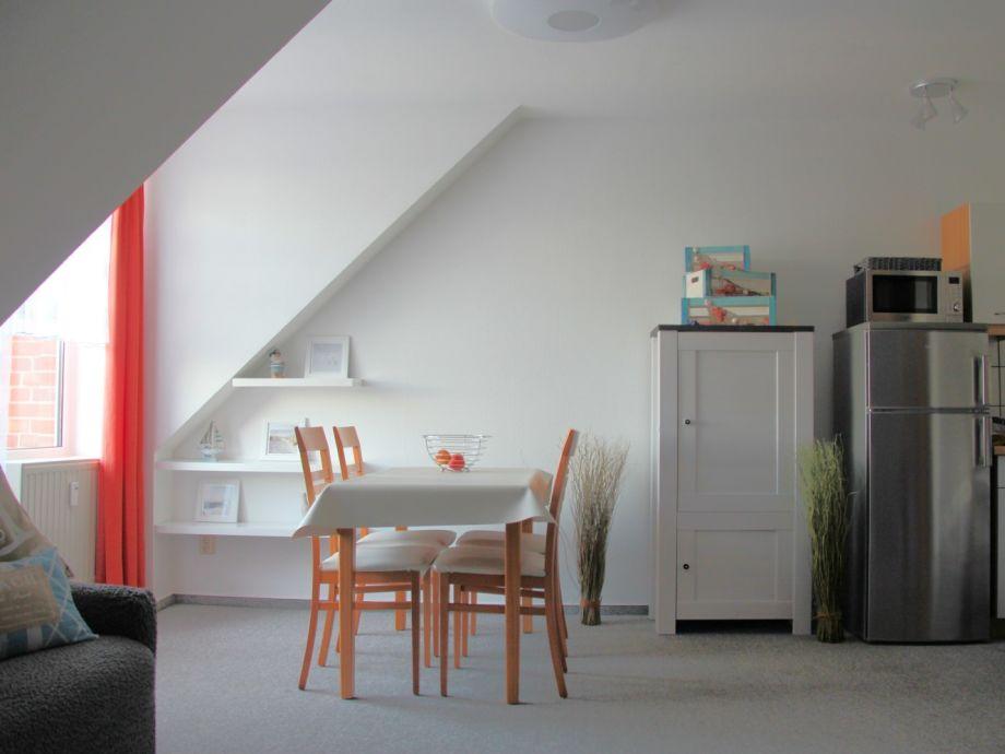 tisch mit 4 st hlen geschirrschrank und balkon. Black Bedroom Furniture Sets. Home Design Ideas