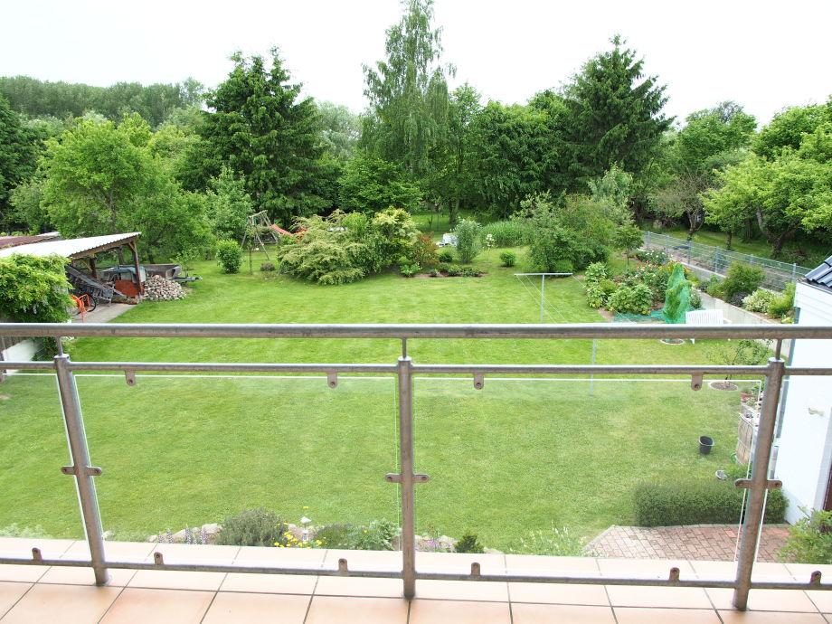 Blick vom Balkon in den Garten