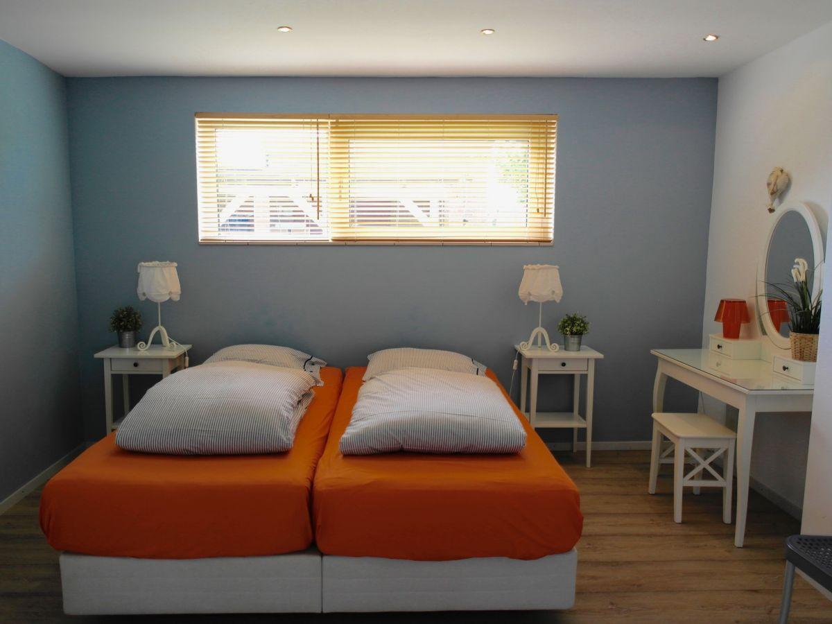 Ferienhaus strandopgang nord holland herr w barmentlo for Schlafzimmer mit schminktisch