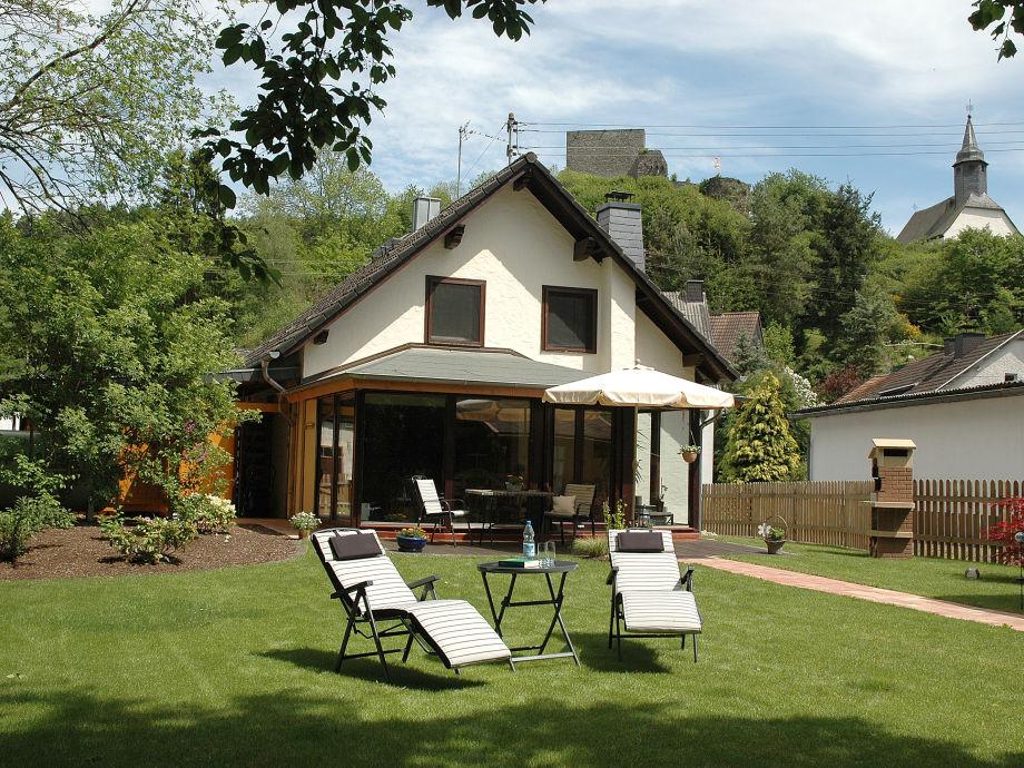 Garten mit Terrasse und Grillkamin