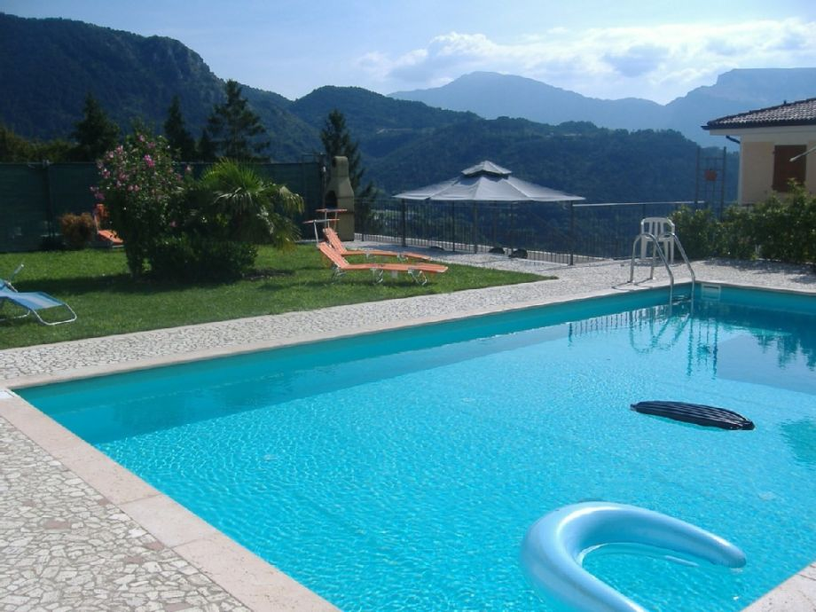 Pool und Liegewiese