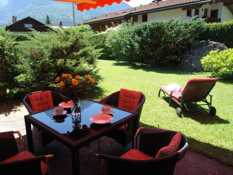 Terrasse mit Gartenmöbel, Liegen und Markise