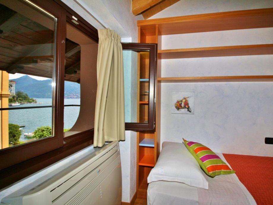 Schlafzimmer mit Ausblick auf den See