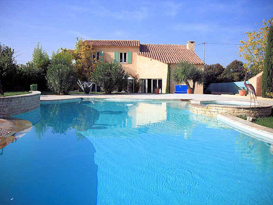 Big 100 m² pool with jacuzzi