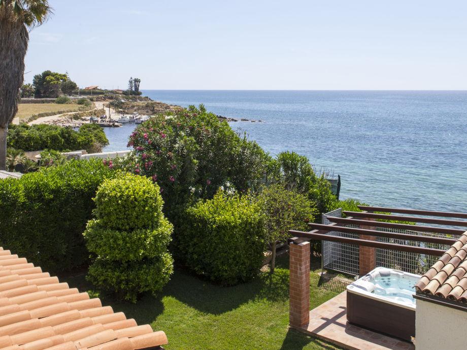 Fantastischer Blick über den Garten auf das Meer.