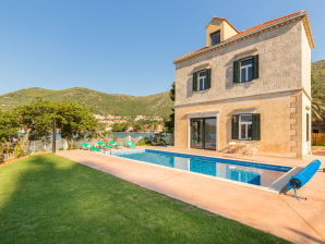 Villa Anat with pool close to the beach