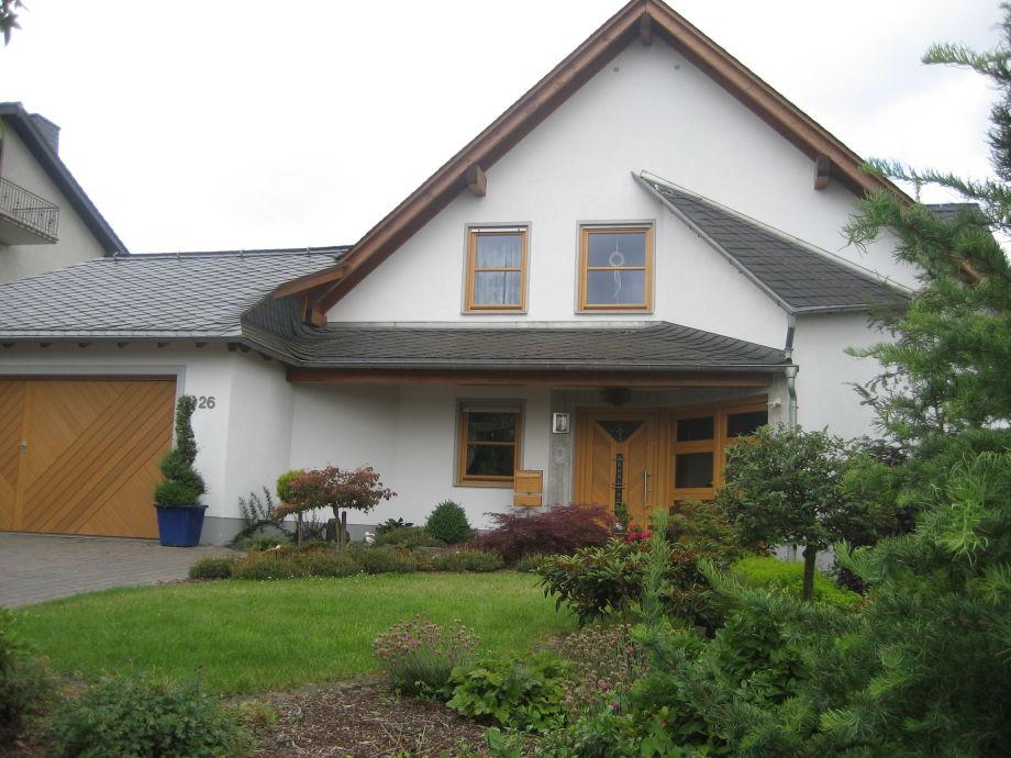 Eingang und Außenansicht des Hauses