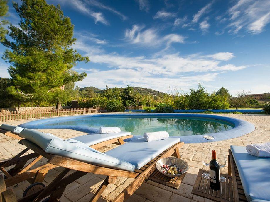 Villa fiu ibiza santa eulalia del r o firma eivillas for Swimming pool loungers
