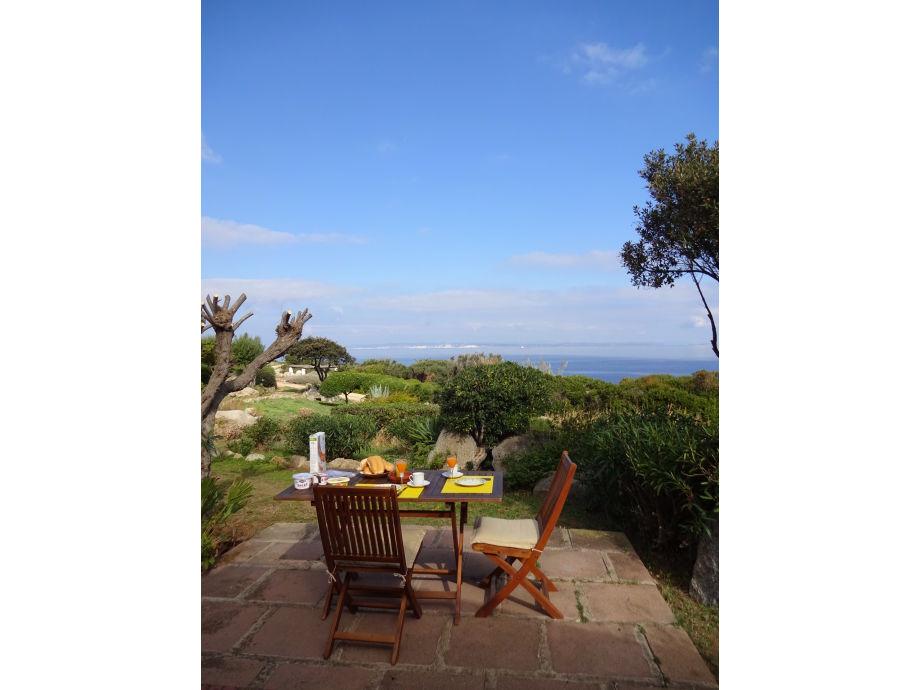 Frühstück auf der eigenen Terrasse mit Meerblick