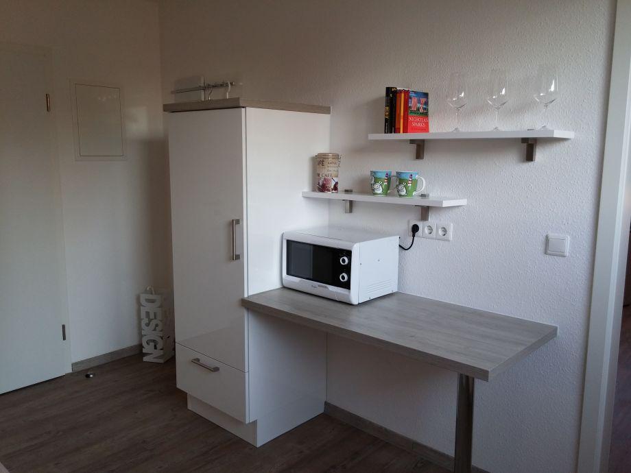 gro er k hlschrank mit gefrierfach und mikrowelle. Black Bedroom Furniture Sets. Home Design Ideas