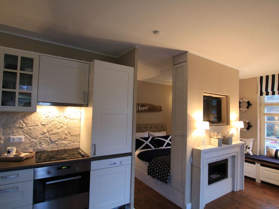 Küchenzeile und Schlafbereich, Kamin