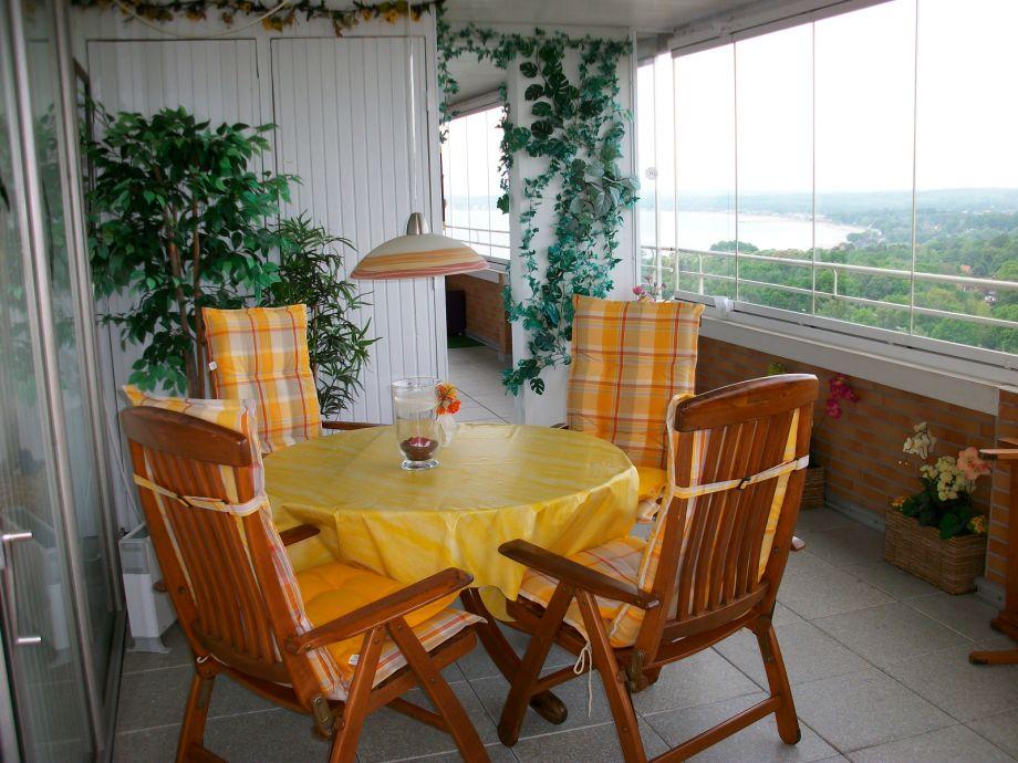 Essbereich auf dem verglasten Balkon