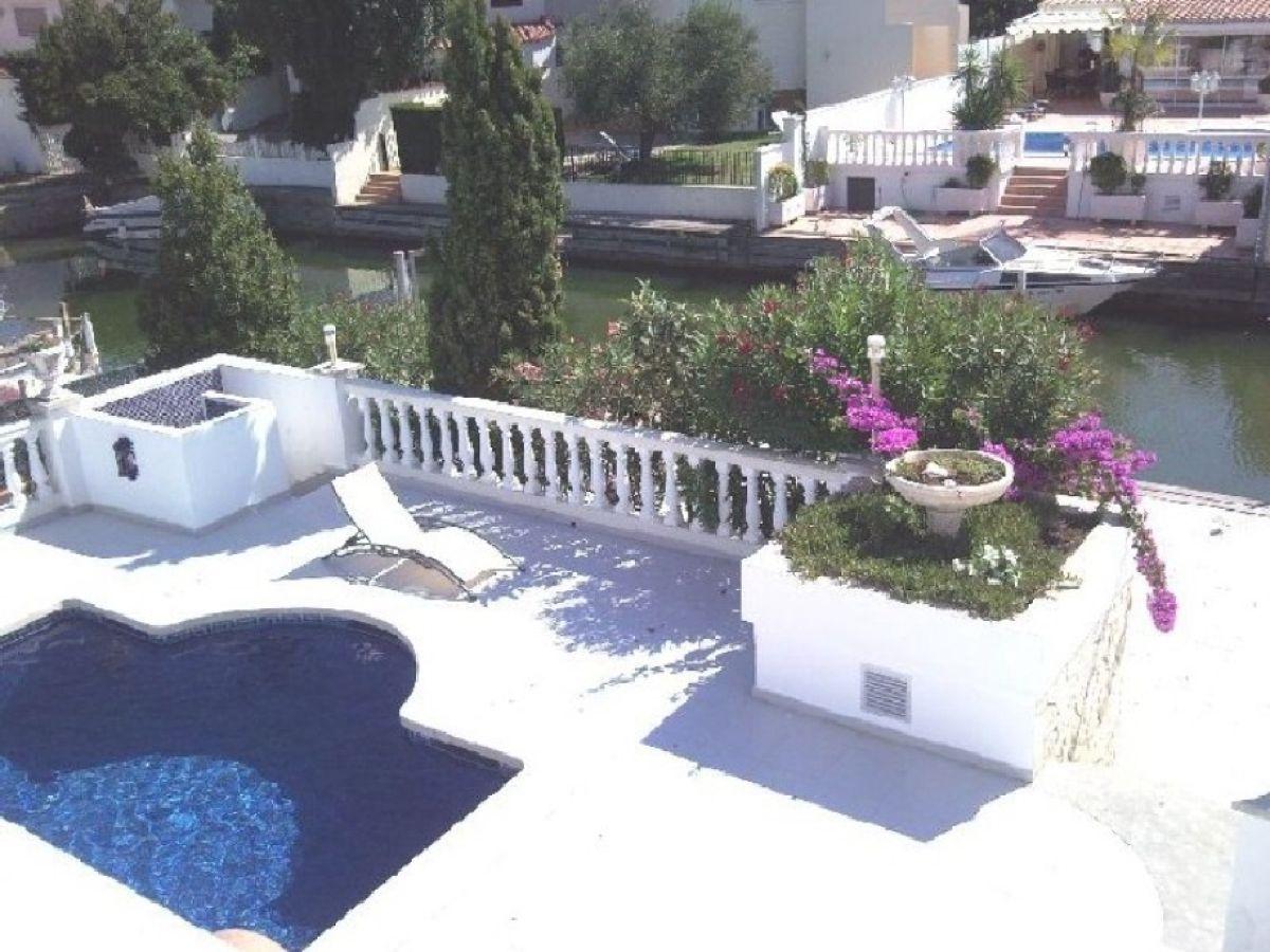 ferienhaus villa olga mit pool am kanal empuriabrava. Black Bedroom Furniture Sets. Home Design Ideas