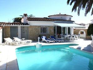 Ferienhaus Villa Noguera mit Pool am Kanal