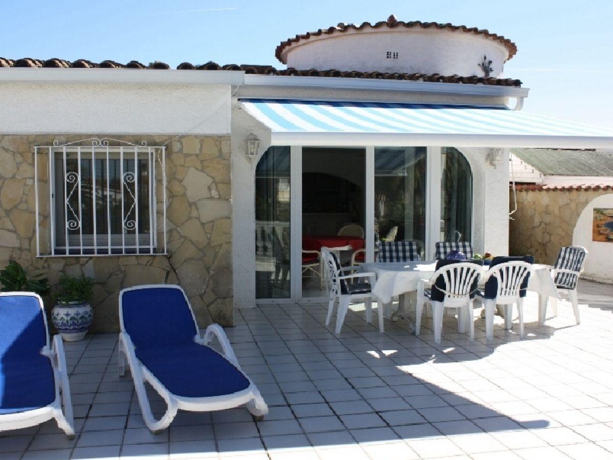 ferienhaus villa noguera mit pool am kanal costa brava. Black Bedroom Furniture Sets. Home Design Ideas
