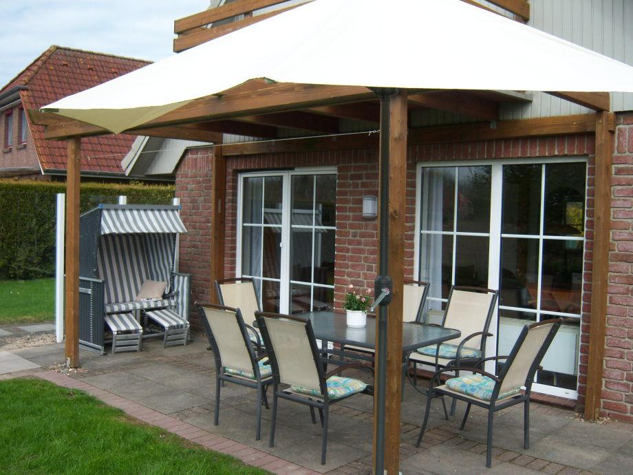 Terrasse mit Sonnenschirm und Strandkorb