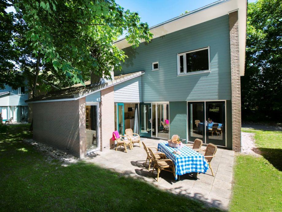 Die Außenansicht mit Terrasse und Garten