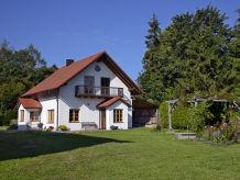 Cottage auf heller Waldlichtung