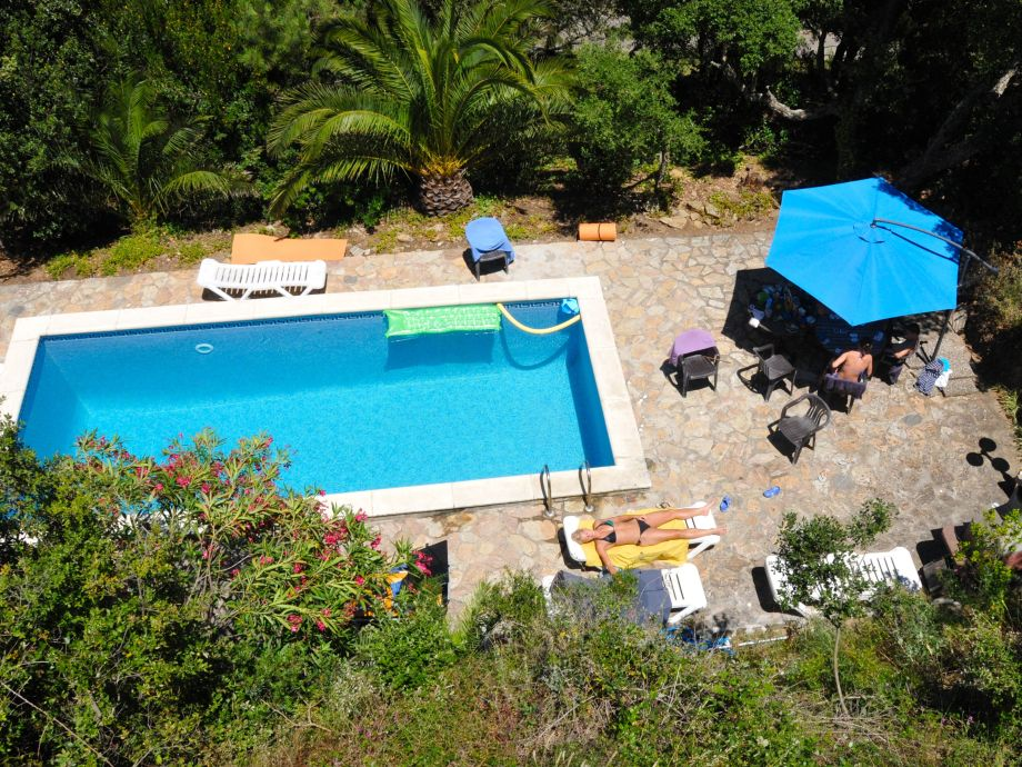 Sicht vom Balkon auf den Pool
