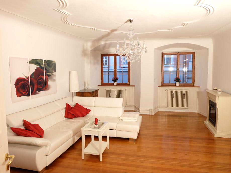 Ihr Wohnzimmer (30m²) mit Echtholzparkett u. Stuckdecke