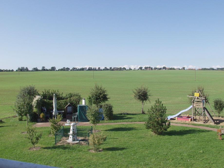 Außenkamin und Spielplatz