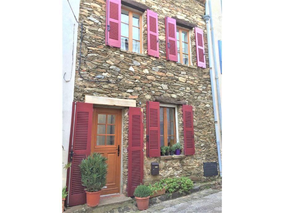 Steinhaus mit roten Klappläden am Golf von Saint Tropez